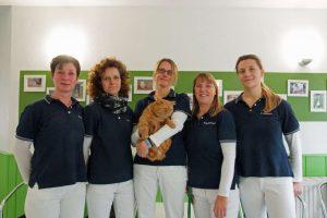 Kleintierpraxis Grevenbroich - zwei Tierärztinnen und drei Tierarzthelferinnen